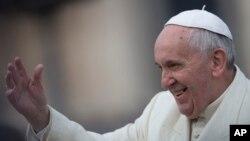 프란치스코 로마 가톨릭 교황이 지나달 26일 바티칸 성 베드로 광장에 모인 군중을 향해 손을 흔들고 있다.