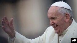 Đức Giáo hoàng Phanxico vẫy tay chào đám đông trước buổi tiếp kiến chung tại Quảng trường St. Peter, Vatican, 26/2/2014