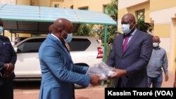 Malick Coulibaly, ministre de la justice, recevant des masques au Mali, le 24 avril 2020. (VOA/Kassim Traoré)
