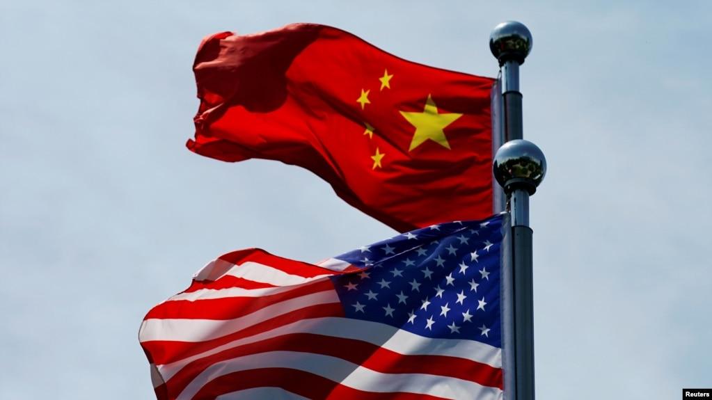 美国贸易代表团与中国代表团在上海举行会谈,美中两国国旗在外滩附近飘扬。(2019年7月30日)