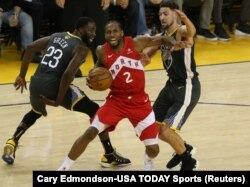 Kavai Lenard u duelu sa Klejom Tompsonom i Drejmondom Grinom u drugom poluvremenu šeste utakmice finala plej-ofa u Ouklendu (Foto: Reuters/Cary Edmondson-USA TODAY Sports)