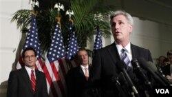 Kevin McCarthy didampingi Pemimpin Mayoritas di DPR Eric Cantor (kanan) dan Juru bicara DPR John Boehner saat jumpa pers di Capitol Hill, Washington (19/12).