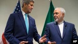 존 케리 미국 국무장관(왼쪽)과 자바 모함마드 자바드 자리프 이란 외무장관이 지난 9월 뉴욕 유엔 본부에서 열린 유엔 총회에서 대화하고 있다.