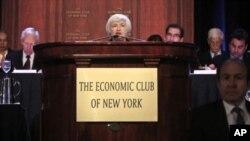 Chủ tịch FED, Bà Janet Yellen, giữa, phát biểu trong buổi tiệc ăn trưa ở Câu lạc bộ Kinh tế New York.