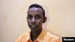 Mohamed Omar Abukar oo sheegay in hooyadiis oo 70 jir ah lagu dhaawacay duqeyn ay fuliyeen Mareykanka. Sawirka waxaa la qaaday March 31, 2020. REUTERS/Feisal Omar