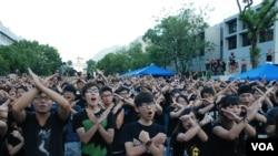 參加罷課的香港大專學生,一起做交叉手勢表達反對當局推行洗腦國民教育科
