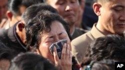17일 북한 평양 신축 아파트 붕괴 사고 현장에서 희생자 가족이 오열하고 있다.