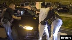 芝加哥,警察们正在对停在奥斯汀街区的一辆汽车和司机进行检查。