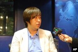 Ο Τσάε Τζι Σουκ στο στούντιο της VOA