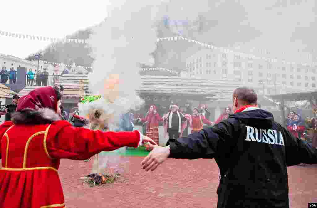 The Maslenitsa figure burns as Russians celebrate the end of winter. (V. Undritz for VOA)