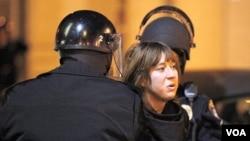 Polisi menangkap seorang demonstran 'Occupy' di kota Oakland, California. Setidaknya 200 demonstran ditangkap setelah bentrok dengan polisi setempat (28/1).