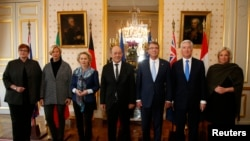 Các vị bộ trưởng quốc phòng của Úc, Đức, Pháp, Mỹ, Anh, và Hà Lan (từ trái sang) sau cuộc họp tại Bộ Quốc phòng ở Paris, ngày 20/1/2016.