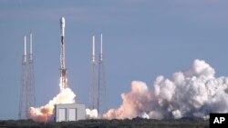 Lancement d'une fusée Falcon 9 de SpaceX à la base aérienne de Cape Canaveral, en Floride, le mercredi 29 janvier 2020. (AP Photo/John Raoux)