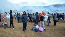 Migranti gledaju požar u kampu Lipa. Foto: BIRN BIH