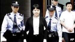 薄熙來的妻子谷開來被移送法庭。(資料圖片)