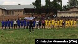 Des jeunes burundais jouent un match de football le jour de la célébration de la journée internationale de lutte contre le diabète, sur le terrain de Buyenzi, à Bujumbura, novembre 2016. VOA Christophe Nkurunziza.