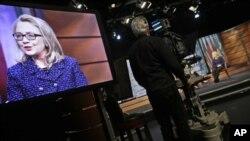 1月29日,在华盛顿的新闻博物馆,在克林顿国务卿举行全球全球市镇采访时,克林顿国务卿的图像出现在屏幕上