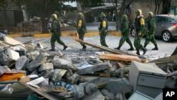 Meksički vojnici patroliraju kraj krhotina ostalih posle eksplozije u sedištu kompanije Pemeks, u Meksiko sitiju
