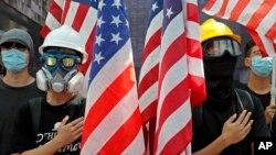支持民主的香港大学生2019年9月20日在港大校园集会时手举星条旗,敦促美国国会通过香港人权与民主法案 (资料照)