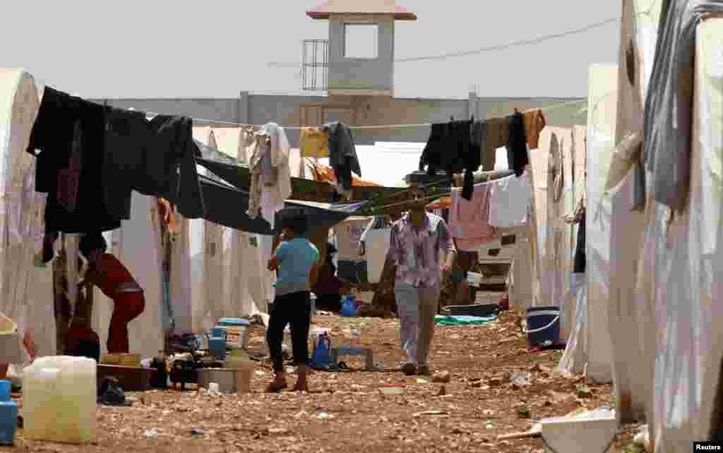 اقوام متحدہ کے ادارہ برائے پناہ گزین 'یو این ایچ سی آر' کے مطابق شام کے لگ بھگ 18 لاکھ افراد نے ہمسایہ ممالک میں پناہ لے رکھی ہے