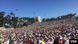 達賴喇嘛在加州大學聖迭戈分校發表演說,吸引至少2萬5000人出席聆聽,現場座無 虛席 (美國之音記者李逸華攝)