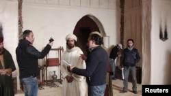 """Sutradara Hatem Ali dari Syria (kanan) dalam syuting film televisi """"Omar"""", salah seorang sahabat Nabi Muhammad. (Foto: Reuters/MBC)"""