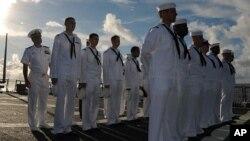 Thủy thủ tàu khu trục lớp dẫn đường Arleigh Burke, 19/10/2011.