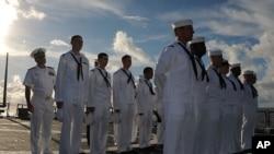 菲律宾海上的美国海军费兹杰拉德号导弹驱逐舰上的水兵接受舰长视察