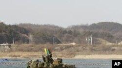 韩国步兵的坦克2月8日在首尔东南100公里处参加一个军事演习