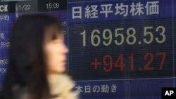 Bảng chỉ số chứng khoán điện tử cho thấy chỉ số Nikkei ở Nhật tăng 941.27 điểm, ngày 22/1/2015.