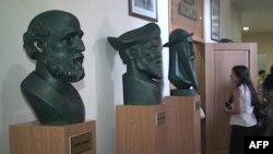 Artistët e rinj durrsakë i dhurojnë qytetit skulptura të punuara prej tyre