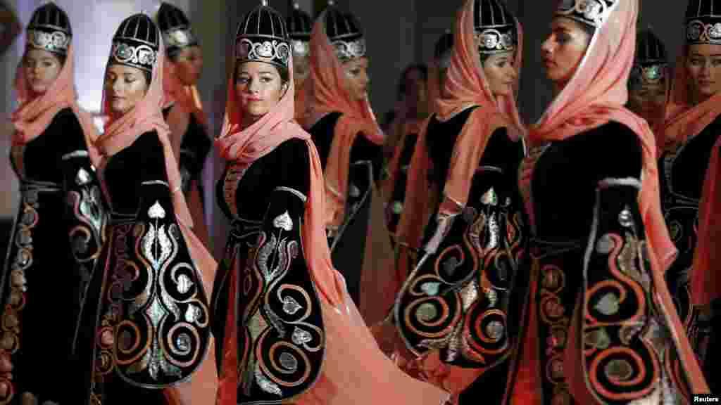 Une troupe de danse des jeunes filles de l'Académie internationale circassien exécutent une danse traditionnelle à Amman le 7 mai 2015.
