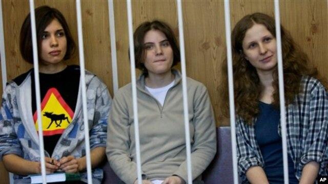 Članice feminističke pank rok grupe Pusi rajot, tokom jednog od pretresa u moskovskom sudu