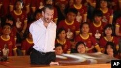 지난달 베트남 하노이를 방문하 닉 부이치치 씨가 2만5천명의 학생과 젊은이들에게 연설하고 있다.