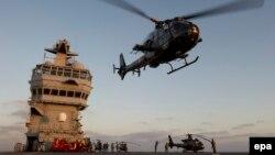 Trực thăng cất cánh từ boong tàu BPC Tonnerre của Pháp. Tàu chỉ huy và đổ bộ đa năng của Pháp trị giá 420-600 triệu USD và là một trong 3 tàu đổ bộ tấn công hiện đại hàng đầu thế giới hiện nay.