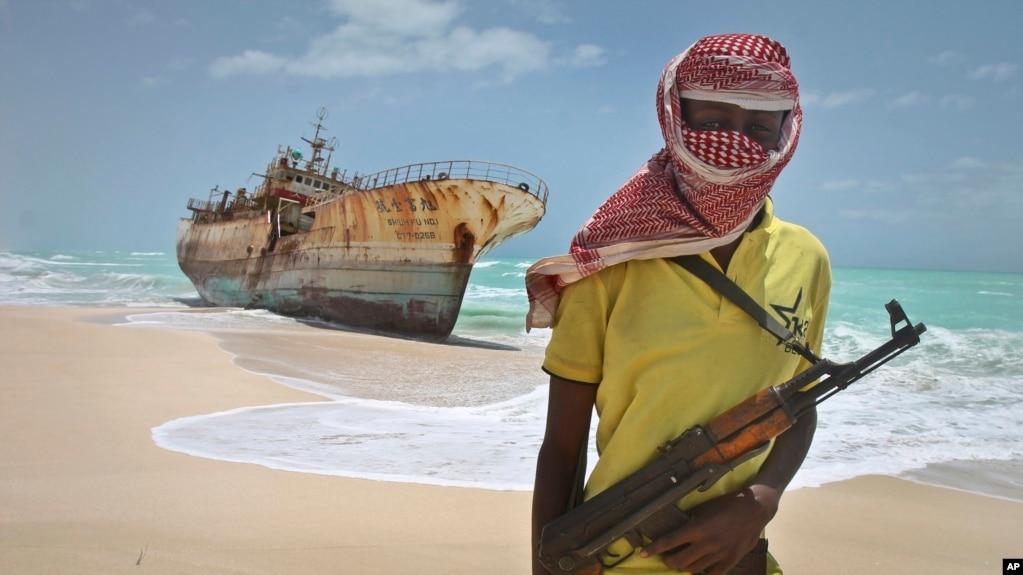 Foto de Archivo. Sep. 23, 2012. Un pirata somalí delante de un barco de pesca taiwanés secuestrado, por el cual recibieron rescate antes de liberar a la tripulación.
