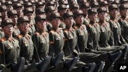 지난 4월 평양 김일성 광장에서 열린 열병식에서 행진하는 북한 병사들. (자료사진)