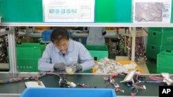 개성공단의 한 한국 업체 공장에서 북한 근로자가 작업 중이다. (자료사진)