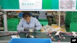 개성공단의 한 한국 기업 공장에서 북한 근로자가 작업 중이다. (자료사진)