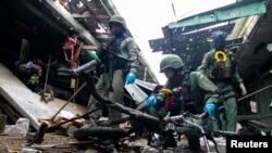 Personel militer memeriksa lokasi serangan bom, di sebuah pasar di Provinsi Yala, bagian selatan Thailand, 22 Januari. (REUTERS/Surapan Boonthanom)