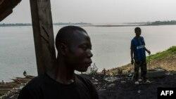 Des jeunes marchent près du fleuve Oubangui, à Bangui, le 21 février 2014.