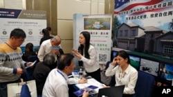 中国旅游者咨询EB-5移民美国项目(资料照片)