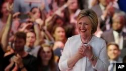 힐러리 클린턴 미국 민주당 대선 후보가 7일 뉴욕에서 열린 유세장에 도착해 지지자들의 환호를 받고 있다.