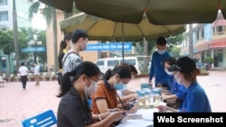 Sinh viên Việt Nam tiêm vaccine.