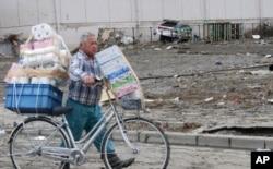仙台人走过瓦砾遍地的街道