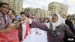 Una mujer grita consignas contra Mubarak durante una manifestación en El Cairo.