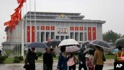 북한의 제7차 노동당 대회가 열리는 평양 4.25 문화회관에 5일 붉은 노동당 기가 걸려 있다.
