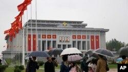북한의 제7차 노동당 대회가 열리는 평양 4.25 문화회관에 5일 붉은 노동당 기가 걸려있다.