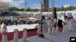اجرای مراسم عشای ربانی توسط پاپ فرانسیس در ورزشگاه تفلیس، گرجستان