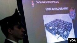 La policía italiana presentando una de las capturas de drogas de la mafia calabresa.